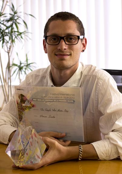 「賞状と記念のクリスタルを手にするフロリアン・ピエント」